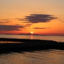 【夕日】海に沈む夕日は毎日のように見ているスタッフでも見惚れてしまいます。