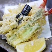 *スタンダード会席一例/季節の旬の素材の天ぷら。温かいうちにお出し致します。