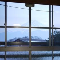 *客室一例(富士山側)/富士山ビューのお部屋からは、朝起きると目の前にこの眺め!