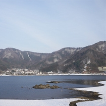 *河口湖/雪の中、静かにたたずむ湖。冬ならではの風景をお楽しみ下さい。