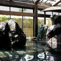 【太郎の湯】 ※心も身もしっとりと解きほぐす 野趣きあふれる 巨石の佇まい ぬくもりの湯殿