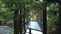 【庭園】 ※回廊を配した広々とした庭で心癒される。