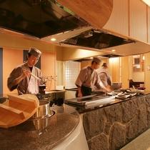 オープンキッチンでは、旬の山海の素材を、焼きたて・揚げたてのアツアツでご提供いたします。