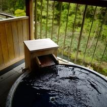 客室露天風呂1階・UDルーム以外が陶器露天風呂。源泉かけ流し式です