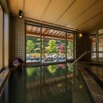 大浴場「喜久の湯」 内湯。目の前には、豊沢川が流れています。