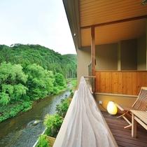 メゾネット風露天風呂付和洋室【4階】 バルコニーから豊沢川の清流を望めます