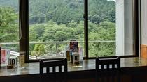 *食事処の窓からは山と川の景色をのぞめます