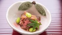 *平日限定プランの夕食一例。季節によって変わる小鉢