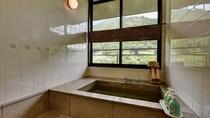 *展望風呂付客室。お部屋に石造りのお風呂。