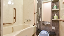 *和室12畳。温泉ではありませんがお風呂がついています。