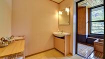 *展望風呂付客室。広々とした洗面所・脱衣所
