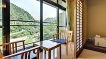 *和室12畳。窓からは川を眺めることができます