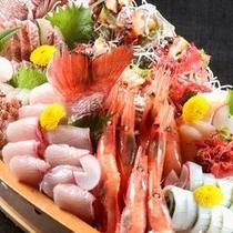 【舟盛】 ※新鮮な日本海の幸を丸かじり!(お造りの種類は季節やプランによって変わります)写真は5名用
