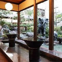 中庭に面した人気の手湯、足湯。旅のお疲れはまずこちらから。