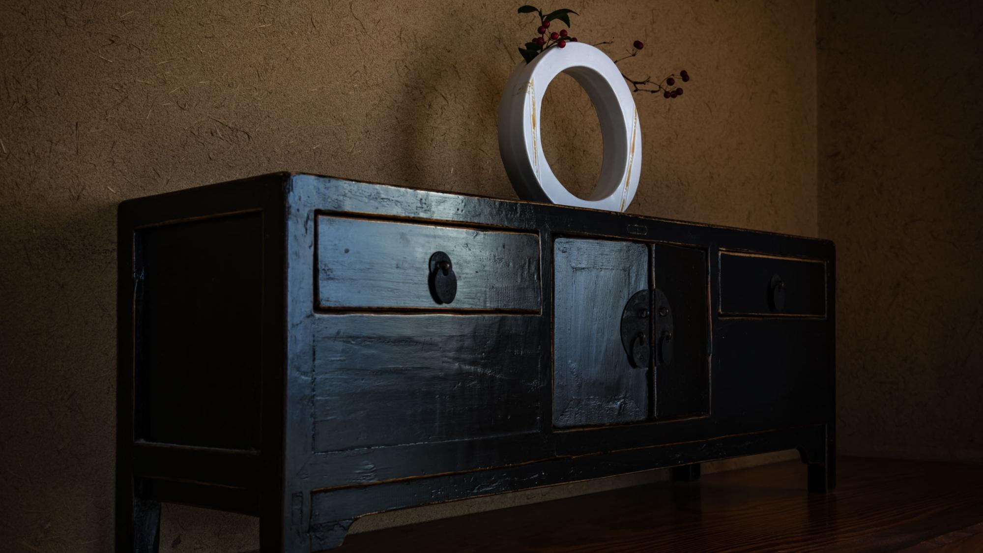 【本館/調度品】明朝家具や李朝家具と、お部屋によって意匠の異なる客室の調度品