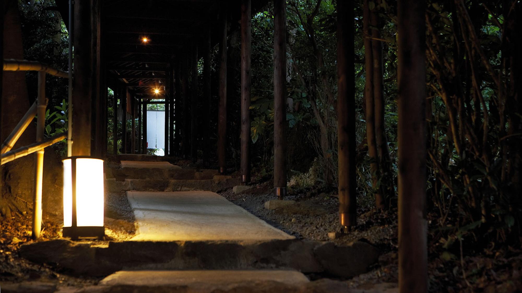 【別荘/外回廊】三千坪の敷地に佇む花の雲、別世界へは四季折々の顔を見せる外回廊から