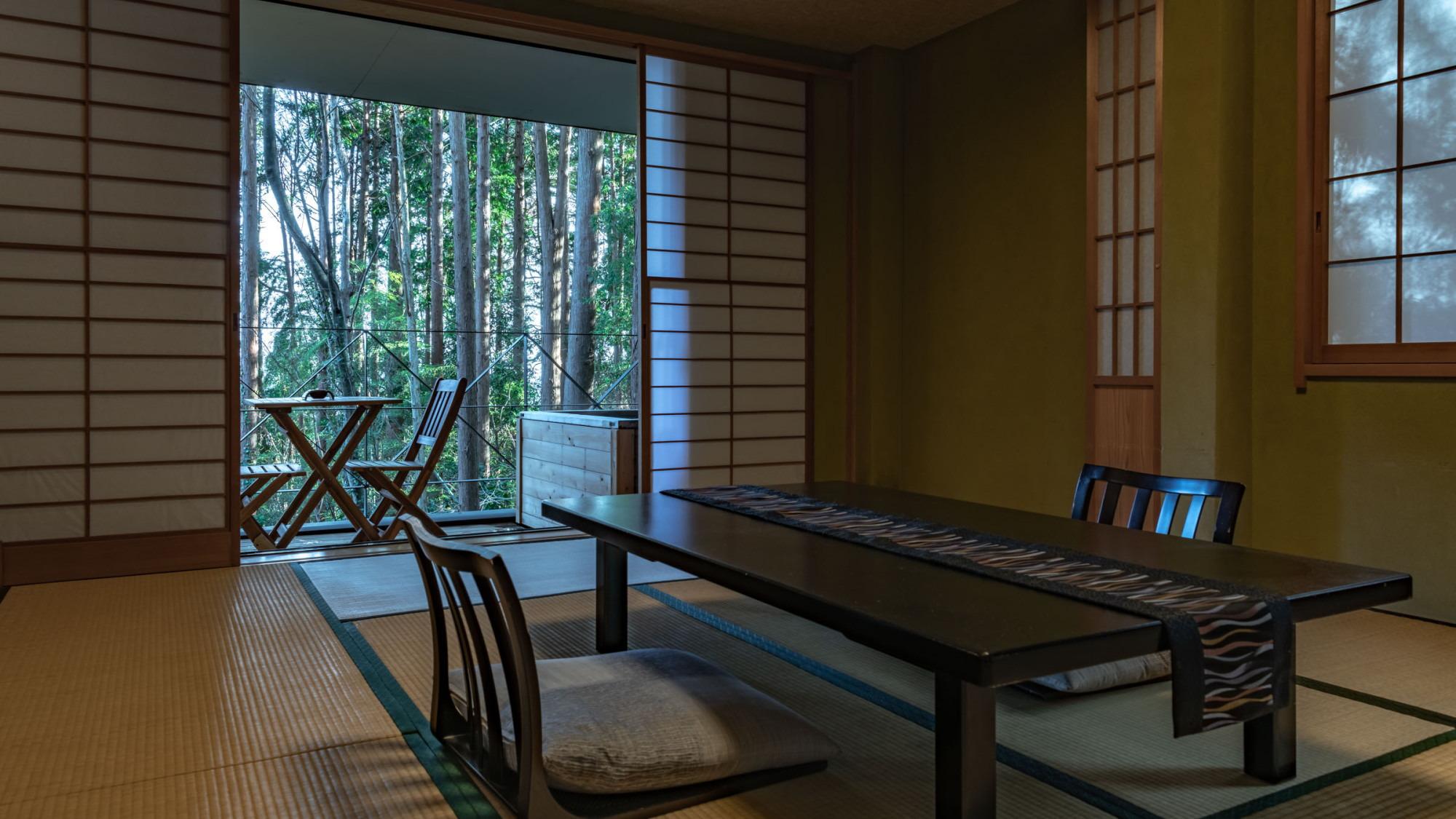 【本館/蘇芳-suou-】1階10畳 本館客室の中で唯一1階にあり、森が間近に感じられる客室