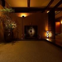 【本館:玄関】*エントランスをくぐると、お香の匂いがほんのりと香るロビーがお出迎え致します。