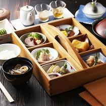 【朝食一例】*炊き立てのご飯に熱いお味噌汁。時期によって変わる6品をご提供いたします。