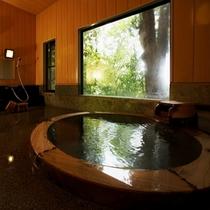 【本館:貸切風呂】*無料・予約不要。空いていれば、随時ご利用いただけます。清々しい森をお愉しみ下さい
