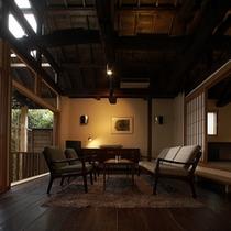 【別荘:悠‐yu‐リビング】*伊豆高原の四季を愉しむことができるリビングにてお寛ぎください。