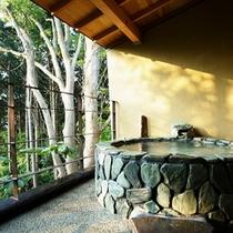 【本館:藍錆-aisabi-】*2階10畳 石製露天風呂付オープンテラス。石を組み合わせたお風呂。
