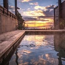 【別荘:悠‐yu‐】夕焼けを眺めながらの湯あみは極上のリラックスタイム
