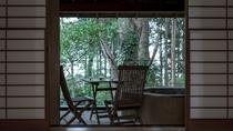 【本館/麹塵-kikujin-】土を固めた石造りの六角形が美しい露天風呂付オープンテラス