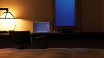 【別荘/ベッドルーム】読書や書き物も、普段と違うこちらの書斎スペースで一味違う楽しみを
