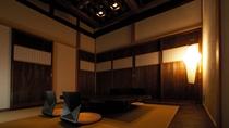 【別荘/和室ダイニング】高い天井に太い梁、どこか懐かしさを感じる空間