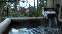 【本館/木蘭-mokuran-】木のぬくもりを感じる長方形の檜造りの露天風呂