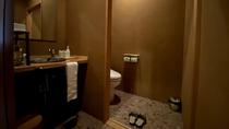 【本館/客室水回り】お手洗いの横に洗面が配され、アメニティもこちらにご用意