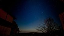 【別荘/星空】陽が落ちた後、ウッドデッキから上を見上げれば星降る夜を全身で体感