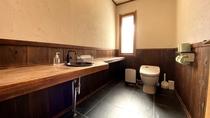 【別荘/トイレ】広々とした空間のトイレ