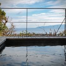 【別荘:悠‐yu‐】解放感溢れる、ウッドデッキ。温泉を満たした湯船から伊豆大島を望めます。