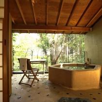 【本館:麹塵-kikujin-】*2階10畳 土製露天風呂付オープンテラス。赤いふすまをアクセントに