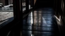 【別荘/廊下】素足に馴染む板間に木漏れ日が射します