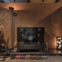 【本館:玄関】エントランスをくぐると、お香の匂いがほんのりと香るロビーがお出迎え致します。