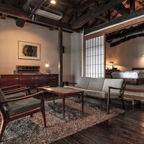 【別荘:悠‐yu‐】伊豆高原の四季を愉しむことができるリビングにてお寛ぎください。