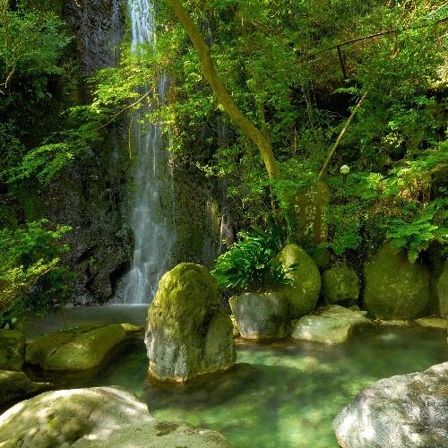 滝の流れる『仙境野天風呂』
