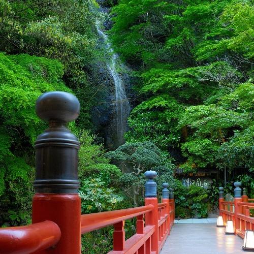 野天風呂へ渡る赤い橋