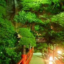 滝と野天風呂に続く橋