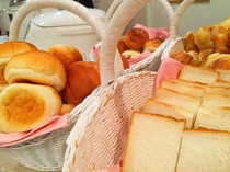 朝食バイキングの一例です:パンもご用意しております