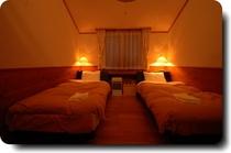 洋室のベッドは快眠シモンズベッドです