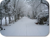 宿の前、冬の小道