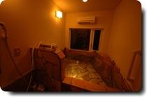 グーテライゼの岩風呂・夜は最少限の灯りの下