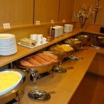 朝食は和洋食のバイキングです。レストランスタッフが一生懸命作っております。
