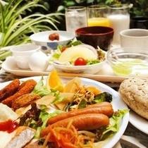 バイキングの朝食でお好きなものをお好きなだけお召し上がりください
