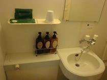 客室ユニット内です。アメニティも充実しております。綿棒・歯ブラシ・くし・T字ひげそり・ボディスポンジ