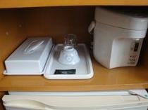 ポット・湯のみ・グラスございます。箸やお皿等フロントにて貸し出ししております。